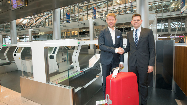 Johannes Scharnberg, Director of Aviation at Hamburg Airport, and Helmut Binder, CEO Materna, at today's PR event (f. l. t. r.).